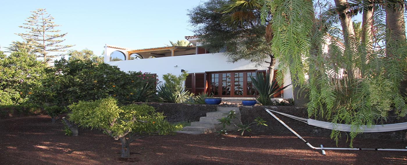 Freistehende Villa mit Garten.