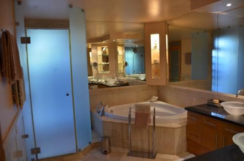 Marmorbadezimmer im UG mit Doppelwaschbecken, Dusche, Badewanne, extra WC