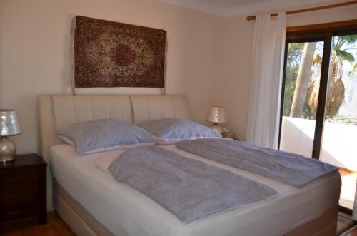 Schlafzimmer in OG mit Ausgang auf die Veranda und Meerblick, Boxspringbett