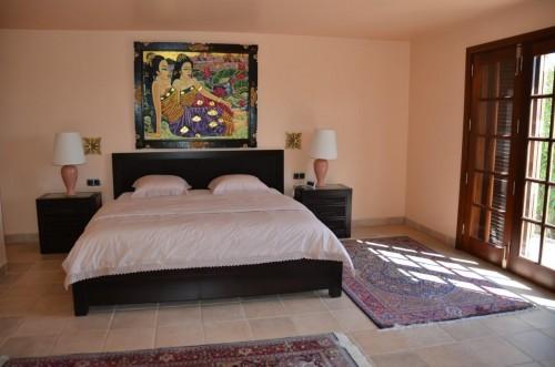 Schlafzimmer im UG mit Ausgang in den Garten