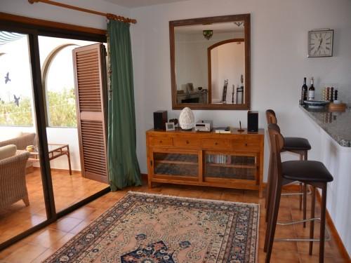 Küche mit Ausgang zur Terrasse, Musikschrank