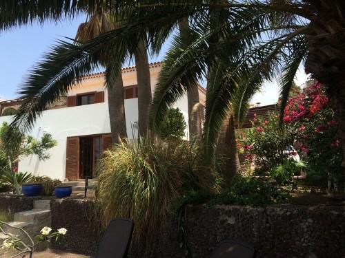 Blick vom Garten auf die Villa
